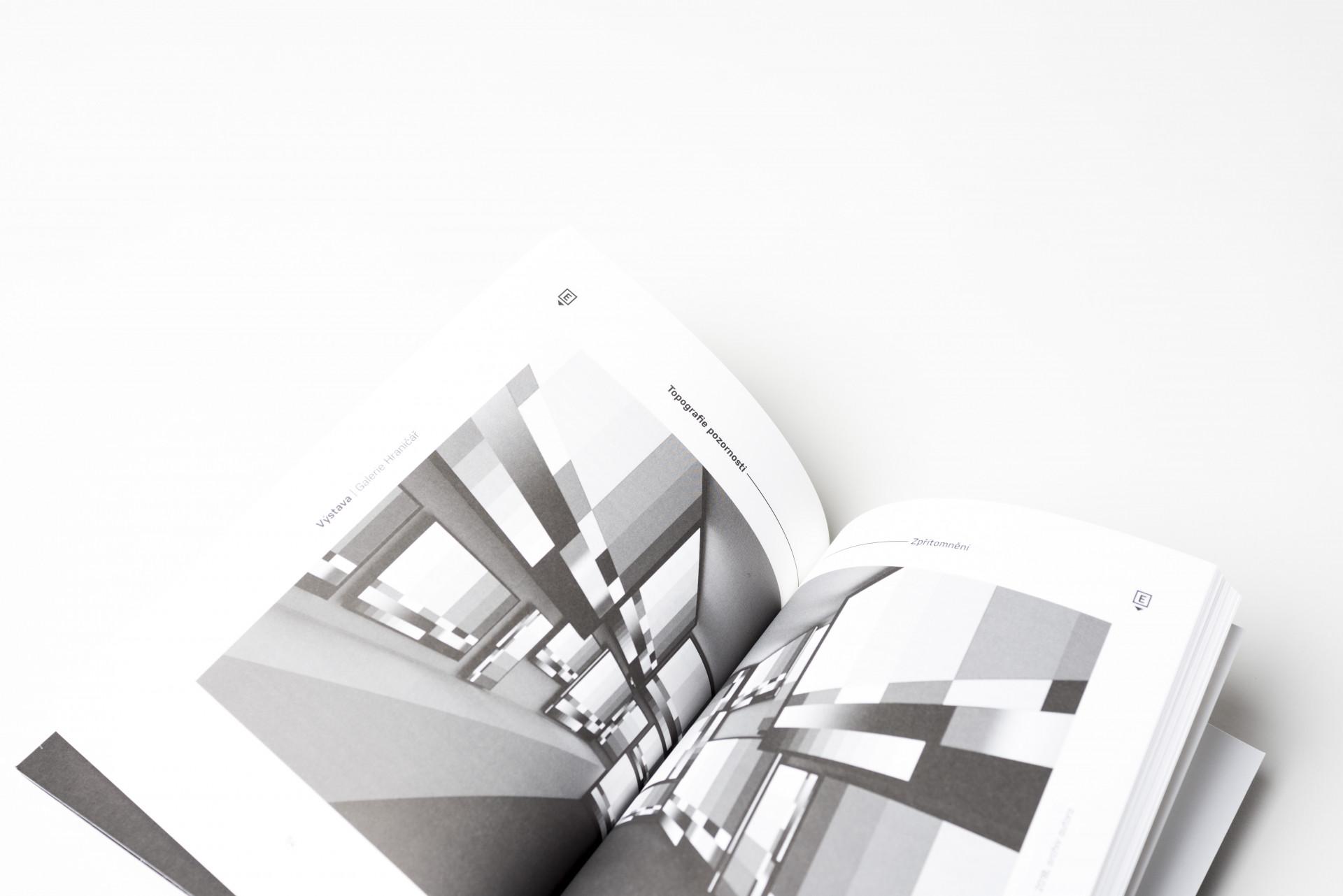 Mo(nu)mentální topografie.  Průvodce výstavním projektem  FUD UJEP.  Edice FUD. Foto Dany Vigil